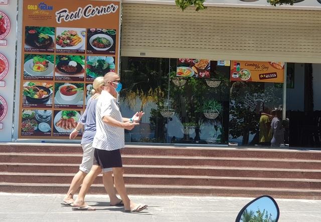 Du khách say nắng trên bãi biển, tản bộ trong mùa dịch Covid-19 - 10