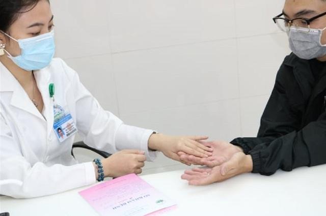 Nhiều người tổn thương da vì thường xuyên sát khuẩn phòng Covid-19 - 1