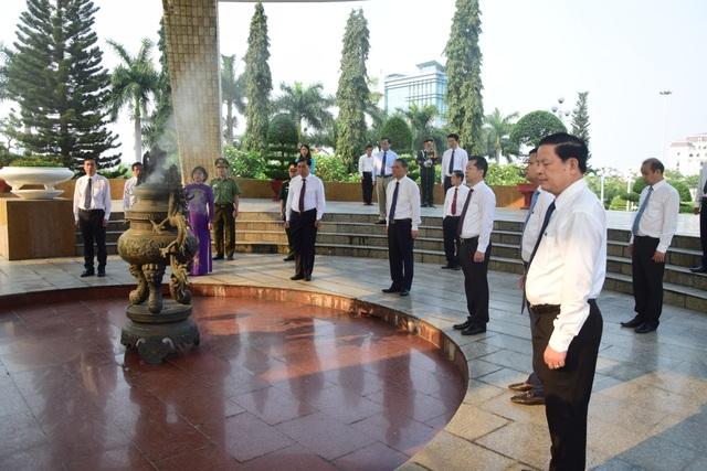 Lãnh đạo Đà Nẵng dâng hương tại Đài tưởng niệm thành phố - 1