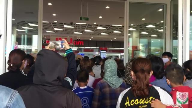 Bất chấp Covid, biển người chen lấn trong ngày khai trương siêu thị - 4