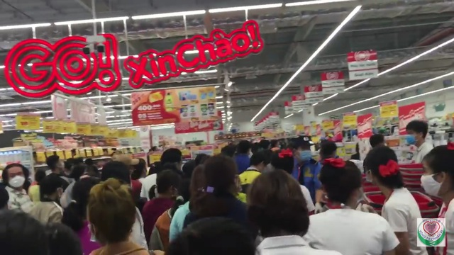Bất chấp Covid, biển người chen lấn trong ngày khai trương siêu thị - 5