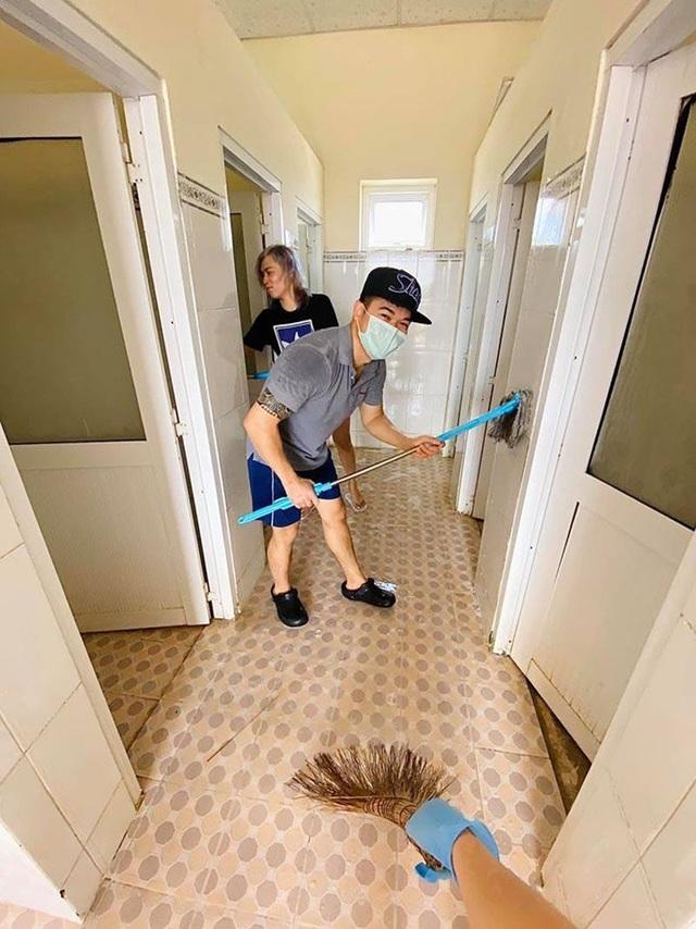 Du học sinh rủ nhau phụ giúp dọn nhà vệ sinh chung của khu cách ly - 5