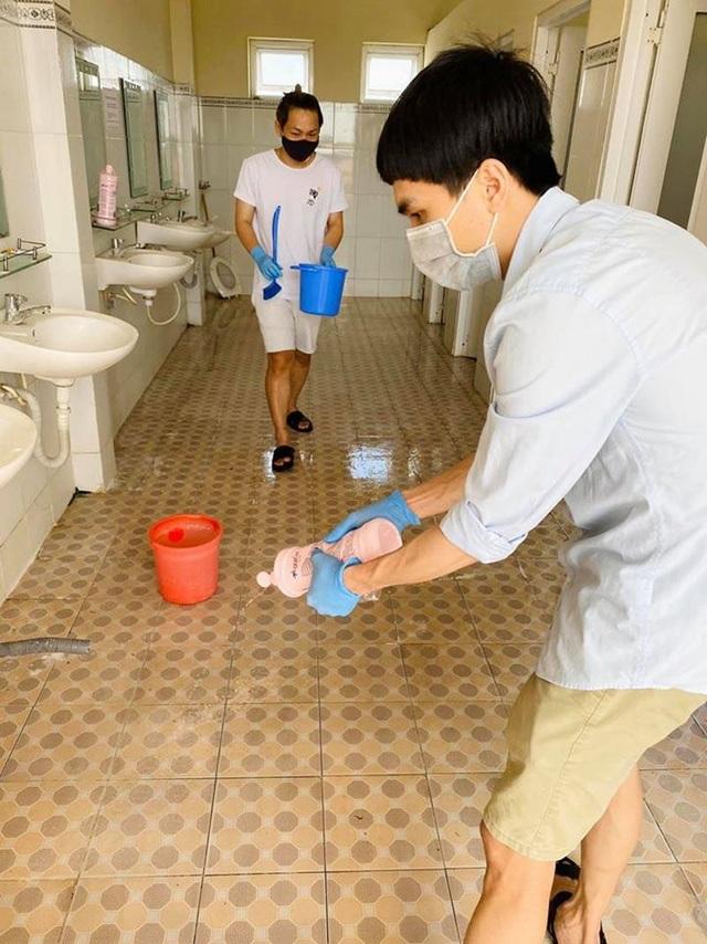 Du học sinh rủ nhau phụ giúp dọn nhà vệ sinh chung của khu cách ly - 6