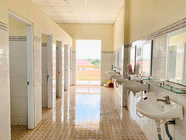Du học sinh rủ nhau phụ giúp dọn nhà vệ sinh chung của khu cách ly - 7