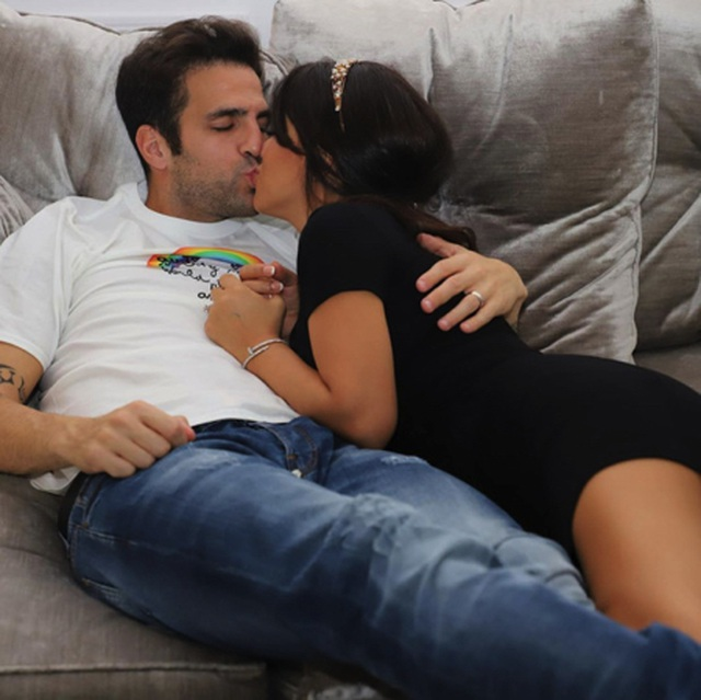 Ở nhà cách ly, Fabregas hạnh phúc khoá môi bà xã xinh đẹp - 1