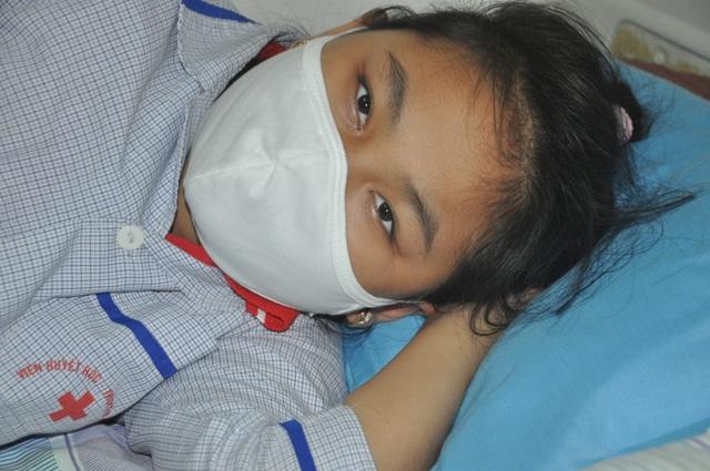 Sự sống của bé gái 10 tuổi lơ lửng như chỉ mành treo chuông - 1