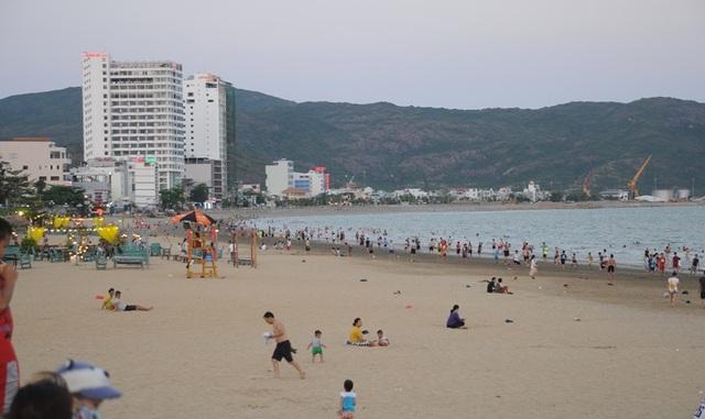 Biển Quy Nhơn vẫn đông nghịt người dân tắm biển - 1