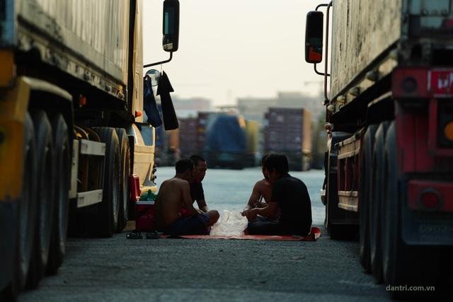 Tài xế ăn ngủ trên xe chờ được thông quan cửa khẩu trong mùa dịch - 12
