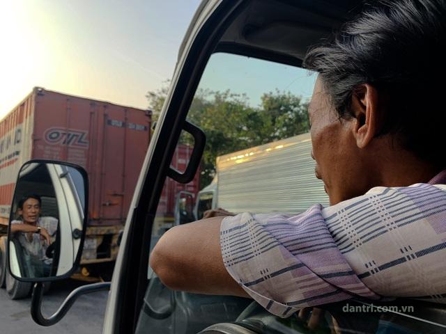 Tài xế ăn ngủ trên xe chờ được thông quan cửa khẩu trong mùa dịch - 13