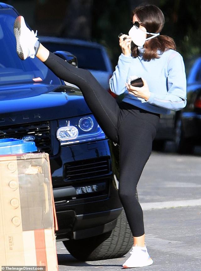 Không thể tới phòng gym, Katharine McPhee tập thể dục ngay trước cửa - 2