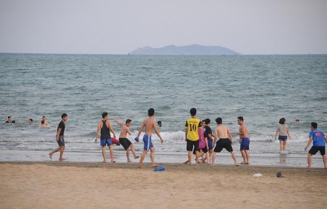 Biển Quy Nhơn vẫn đông nghịt người dân tắm biển - 3
