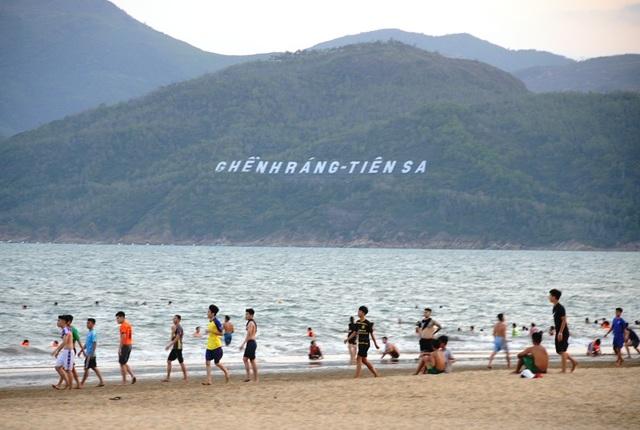Biển Quy Nhơn vẫn đông nghịt người dân tắm biển - 2