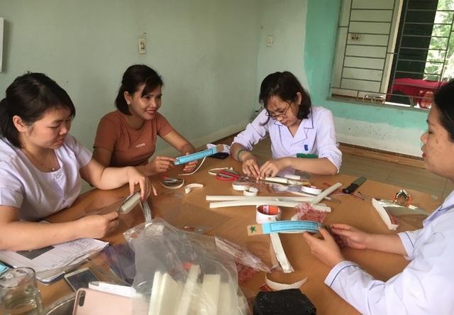 Thanh niên ngành y tế tự chế mặt nạ ngăn giọt bắn phòng, chống Covid-19 - 2