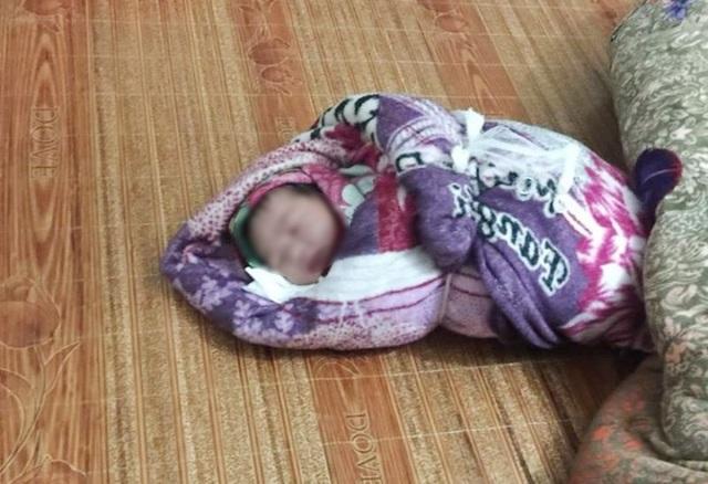 Trẻ sơ sinh còn nguyên dây rốn bị bỏ rơi bên đường - 1