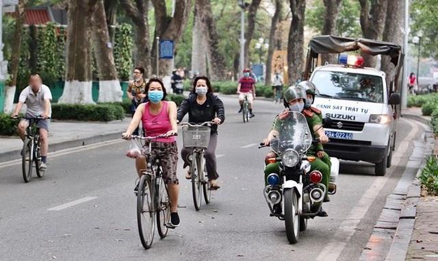 Hà Nội: Đi tập thể dục không đeo khẩu trang, 4 người bị mời lên phường - 2