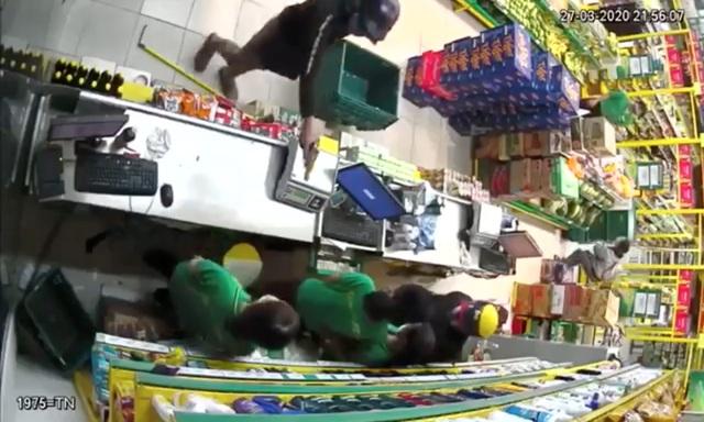 Hai thanh niên nghi cầm súng xông vào cướp tại cửa hàng bách hóa - 1