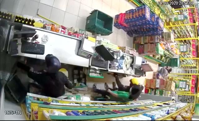Hai thanh niên nghi cầm súng xông vào cướp tại cửa hàng bách hóa - 2