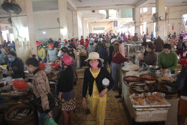 Bất chấp lệnh cấm, người dân vẫn chen chúc tranh mua thực phẩm - 1