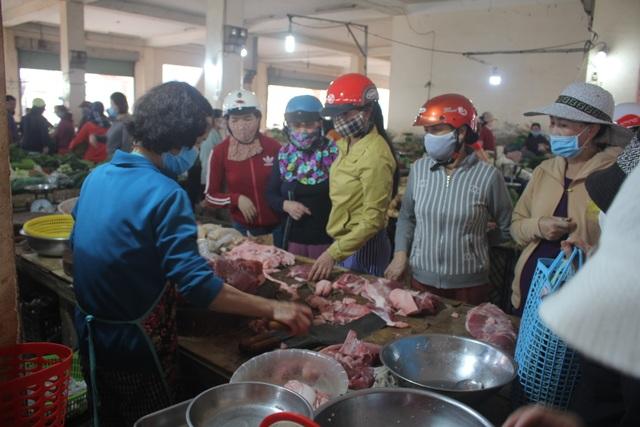 Bất chấp lệnh cấm, người dân vẫn chen chúc tranh mua thực phẩm - 2