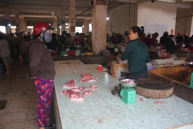 Bất chấp lệnh cấm, người dân vẫn chen chúc tranh mua thực phẩm - 3