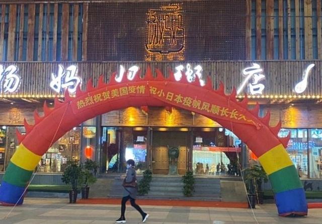 Nhà hàng Trung Quốc gây phẫn nộ khi ăn mừng dịch bùng phát ở Mỹ, Nhật - 1