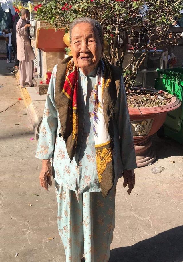 Cụ bà 93 tuổi đi bộ đến phường ủng hộ phòng, chống dịch Covid-19 - 1