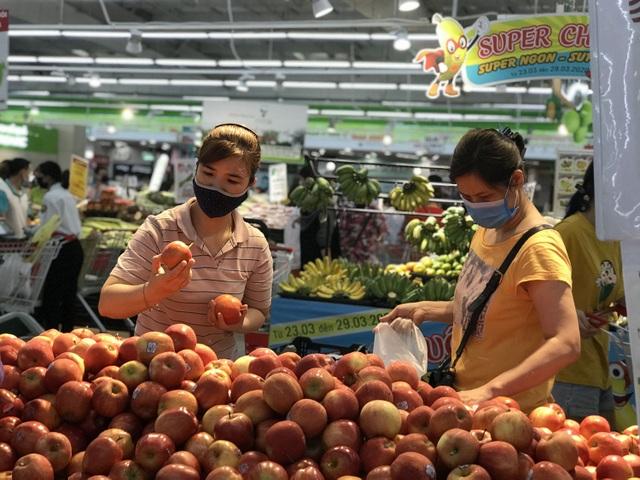 Hà Nội sau 1 tuần cách ly xã hội: Hàng hóa ngập tràn, khách thỏa sức mua - 9