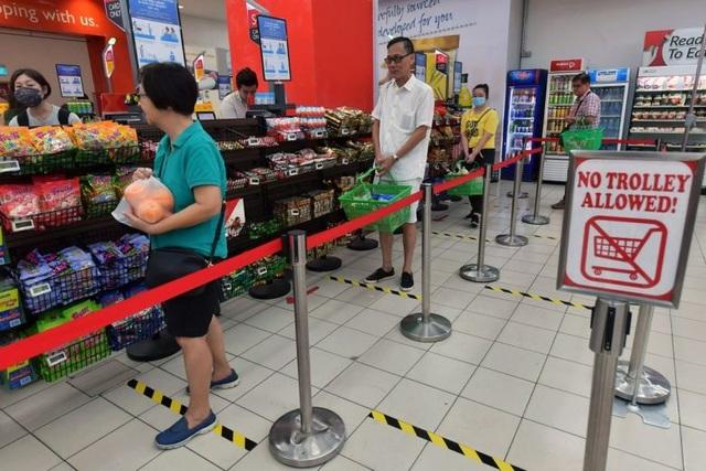 Singapore phạt tù người không giữ khoảng cách 1 mét giữa dịch Covid-19 - 1