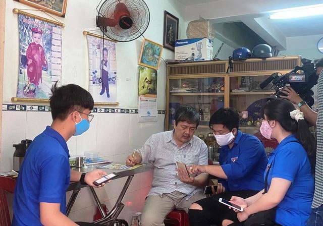 """Thanh niên Bình Định """"đến từng ngõ, gõ từng nhà"""" hỗ trợ dân khai báo y tế - 1"""