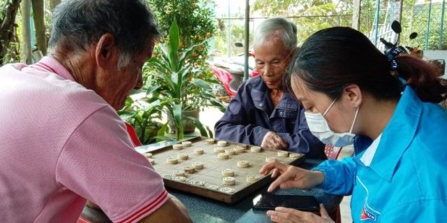 """Thanh niên Bình Định """"đến từng ngõ, gõ từng nhà"""" hỗ trợ dân khai báo y tế - 2"""