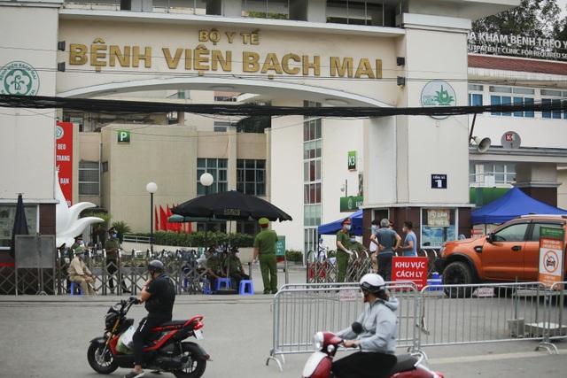 An ninh siết chặt, lập chốt bảo vệ quanh cổng Bệnh viện Bạch Mai - 1