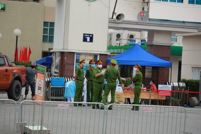 An ninh siết chặt, lập chốt bảo vệ quanh cổng Bệnh viện Bạch Mai - 11