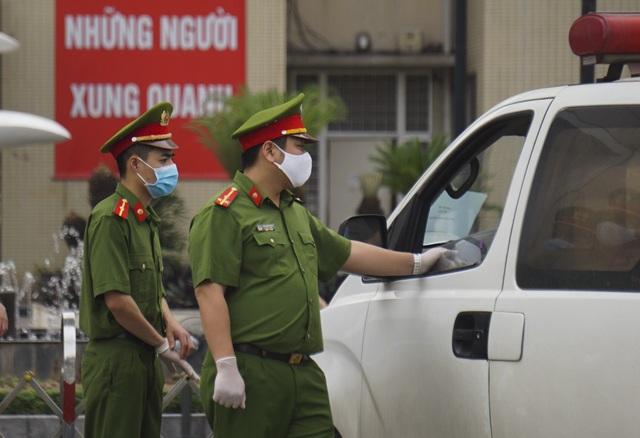 An ninh siết chặt, lập chốt bảo vệ quanh cổng Bệnh viện Bạch Mai - 3