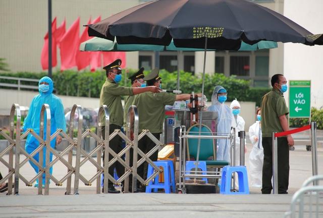 An ninh siết chặt, lập chốt bảo vệ quanh cổng Bệnh viện Bạch Mai - 4