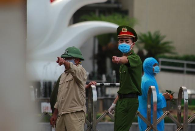 An ninh siết chặt, lập chốt bảo vệ quanh cổng Bệnh viện Bạch Mai - 5