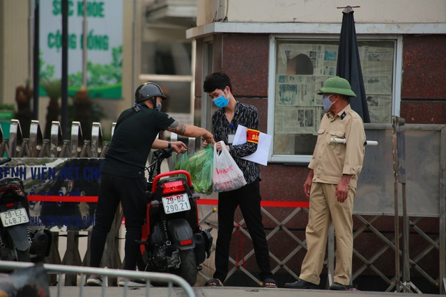An ninh siết chặt, lập chốt bảo vệ quanh cổng Bệnh viện Bạch Mai - 6