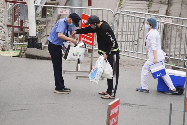 An ninh siết chặt, lập chốt bảo vệ quanh cổng Bệnh viện Bạch Mai - 7