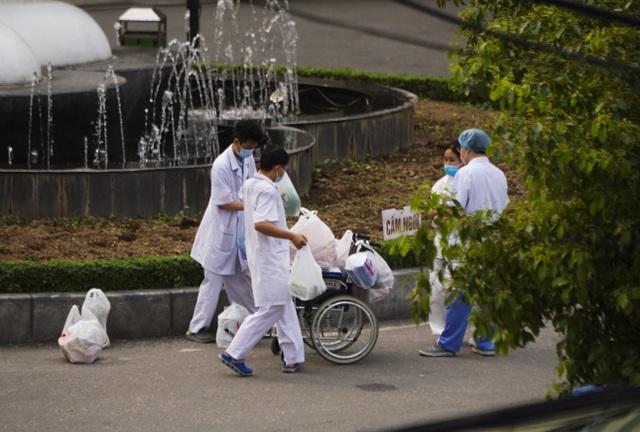 An ninh siết chặt, lập chốt bảo vệ quanh cổng Bệnh viện Bạch Mai - 8