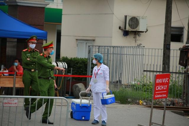 An ninh siết chặt, lập chốt bảo vệ quanh cổng Bệnh viện Bạch Mai - 9
