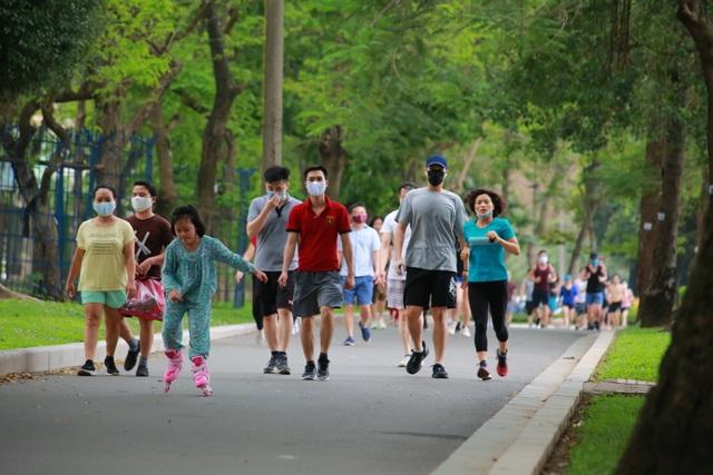 Hà Nội: Công viên đông nghịt người đi tập thể dục giữa mùa dịch Covid-19 - 1