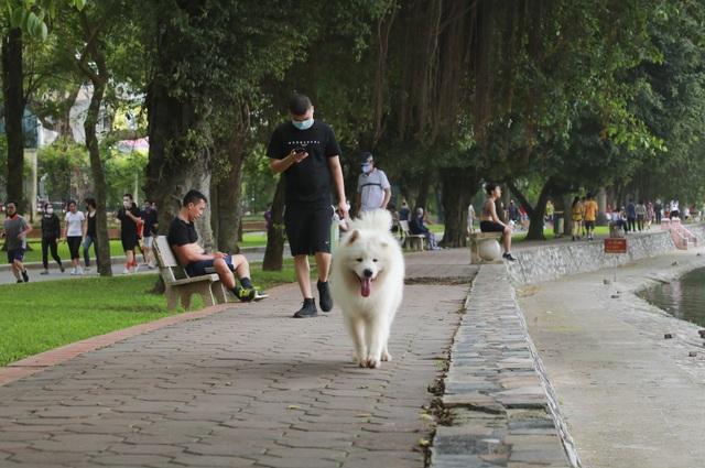 Hà Nội: Công viên đông nghịt người đi tập thể dục giữa mùa dịch Covid-19 - 9