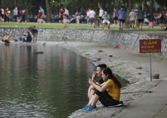 Hà Nội: Công viên đông nghịt người đi tập thể dục giữa mùa dịch Covid-19 - 12