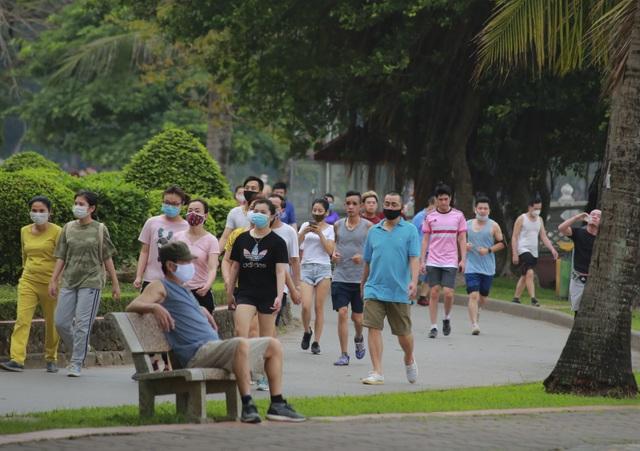 Hà Nội: Công viên đông nghịt người đi tập thể dục giữa mùa dịch Covid-19 - 11