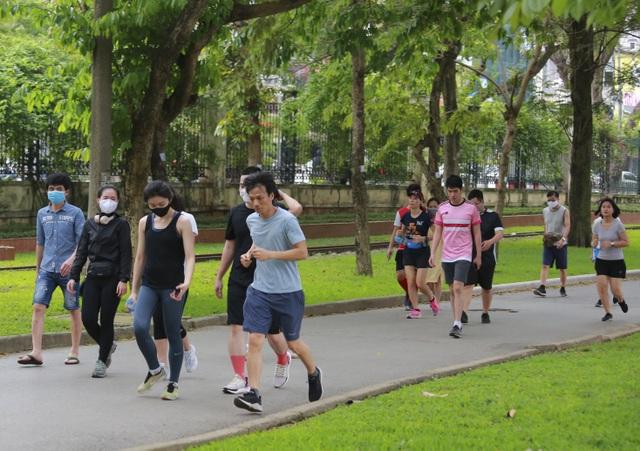 Hà Nội: Công viên đông nghịt người đi tập thể dục giữa mùa dịch Covid-19 - 2