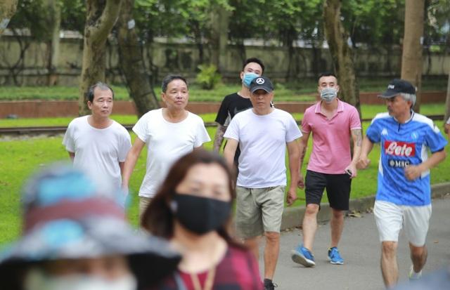 Hà Nội: Công viên đông nghịt người đi tập thể dục giữa mùa dịch Covid-19 - 3
