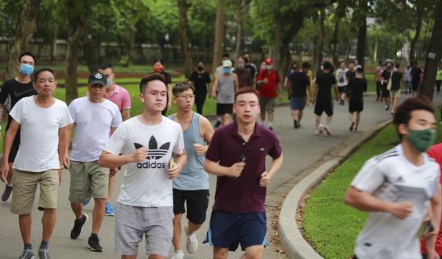 Hà Nội: Công viên đông nghịt người đi tập thể dục giữa mùa dịch Covid-19 - 4