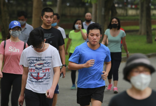Hà Nội: Công viên đông nghịt người đi tập thể dục giữa mùa dịch Covid-19 - 5