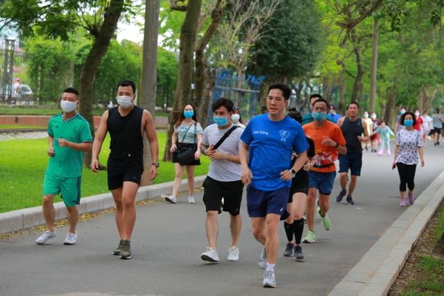 Hà Nội: Công viên đông nghịt người đi tập thể dục giữa mùa dịch Covid-19 - 6