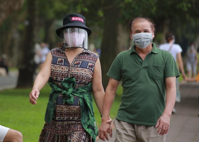 Hà Nội: Công viên đông nghịt người đi tập thể dục giữa mùa dịch Covid-19 - 7