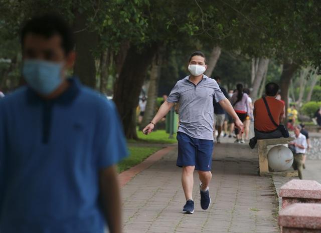 Hà Nội: Công viên đông nghịt người đi tập thể dục giữa mùa dịch Covid-19 - 10
